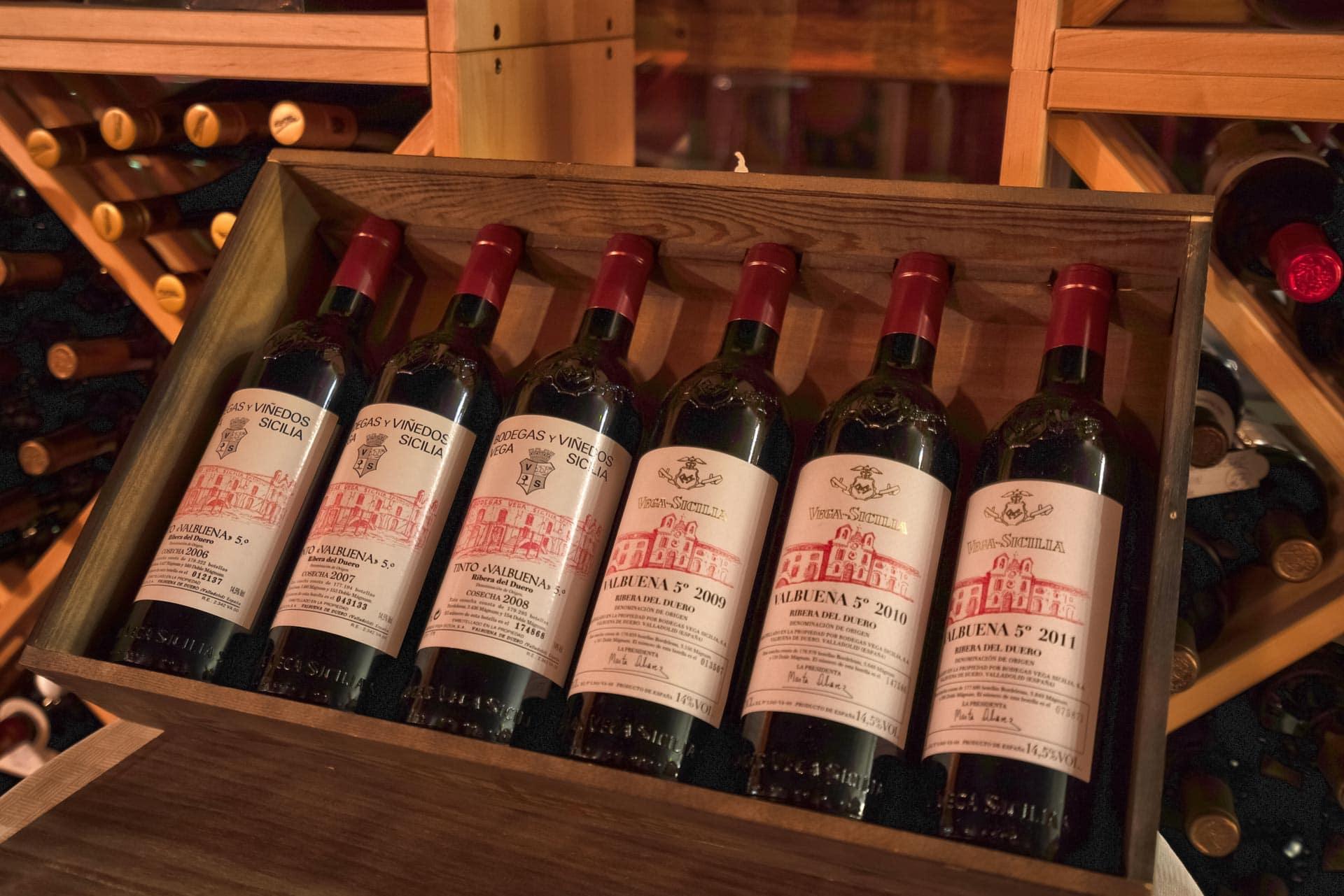 En rekke dyre viner i ei kasse