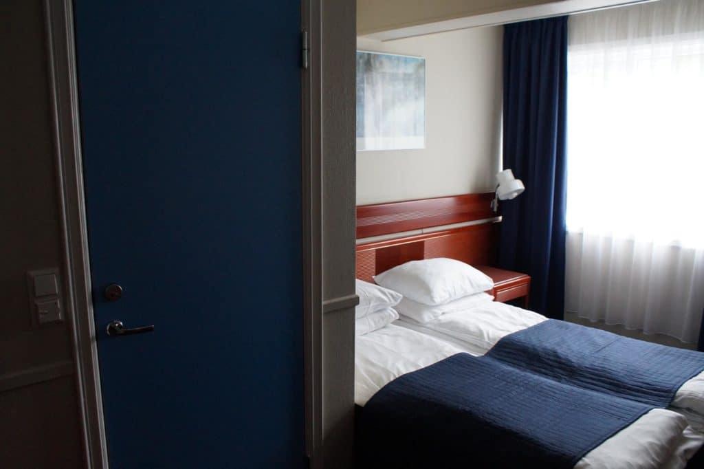Doppelzimmer Bett und Fenster
