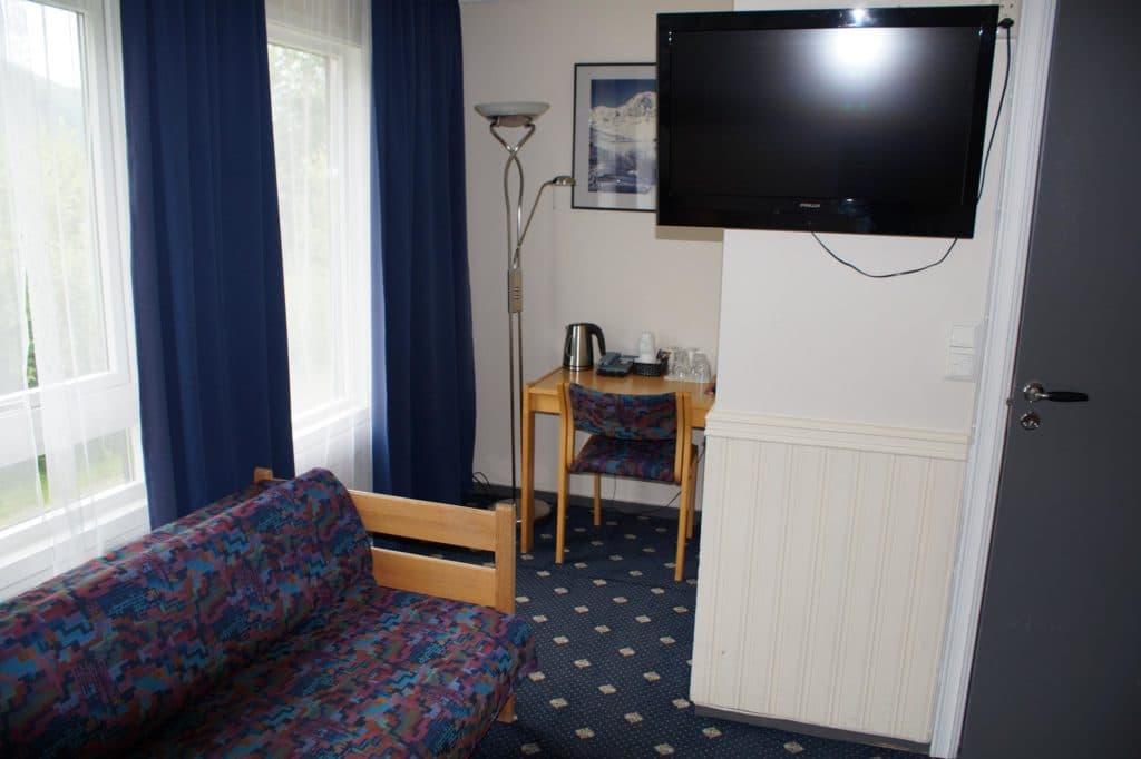 Dreibettzimmer Sofa und Fernseher
